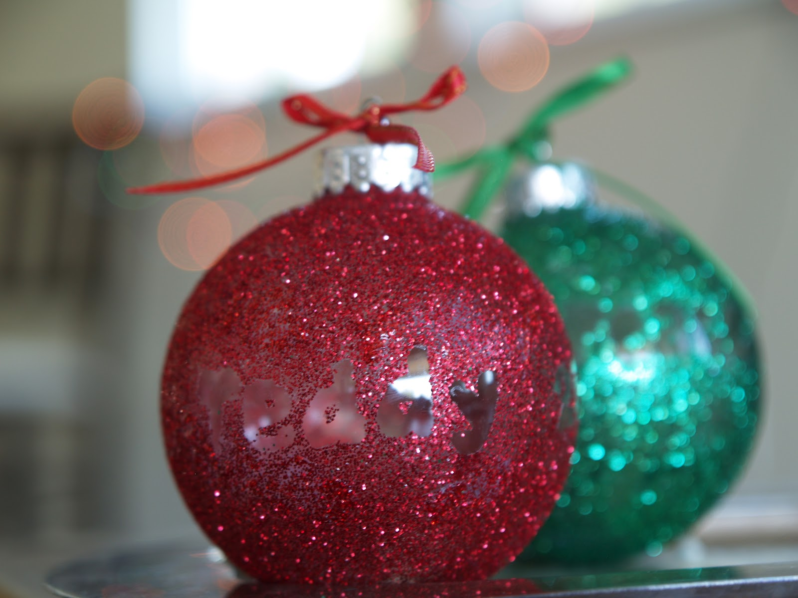 Decorating Christmas Balls With Glitter : Diy make a personalized glitter ornament